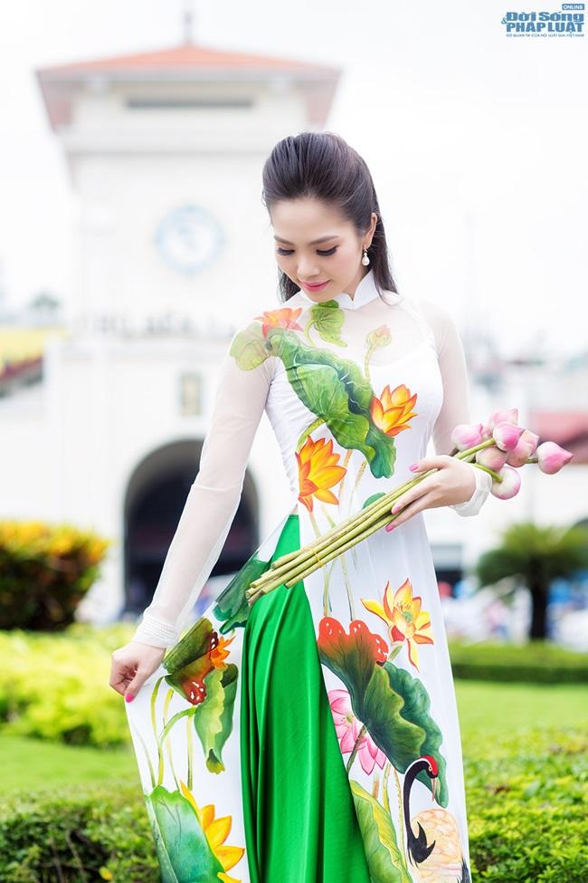 Người đẹp Du lịch Dương Kim Ánh diện áo dài sen mỏng manh - Ảnh 3