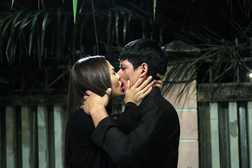Hôn thê của Ưng Hoàng Phúc hôn say đắm Bình Minh - Ảnh 2