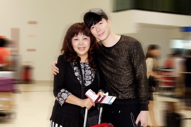 Nathan Lee điển trai khi xuất hiện tại sân bay cùng mẹ - Ảnh 6