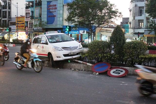 """Tránh xe máy vượt đèn đỏ, taxi """"cưỡi"""" dải phân cách - Ảnh 1"""