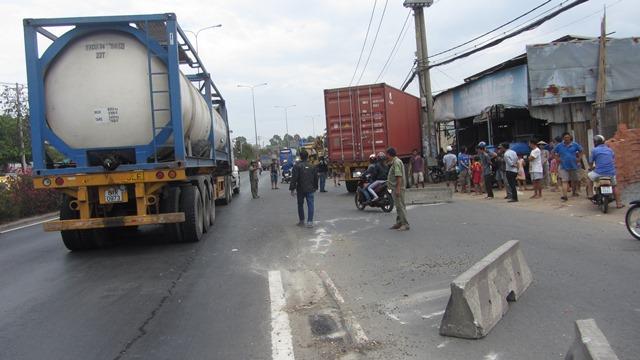 Container mất lái, ủi sập 3 nhà dân, 9 người thoát chết - Ảnh 1