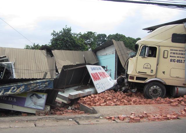 Container mất lái, ủi sập 3 nhà dân, 9 người thoát chết - Ảnh 2