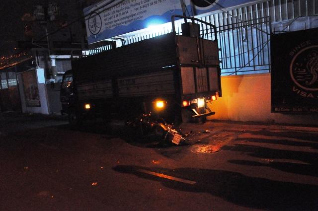 Tông vào đuôi xe tải, người đàn ông tử nạn trong đêm - Ảnh 1