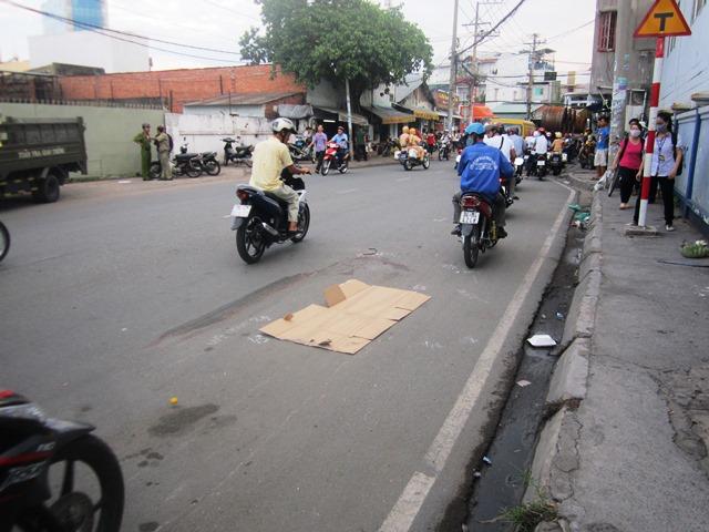 Sau va chạm xe máy, một phụ nữ bị xe tải cán chết  - Ảnh 1