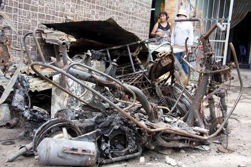 Vụ tưới xăng đốt nhà: Hung thủ có thể bị khởi tố 3 tội danh - Ảnh 2