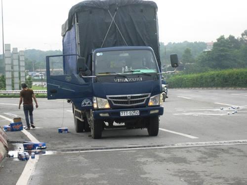 Xe tải làm bia đổ tràn đường, người dân không 'hôi của' - Ảnh 1