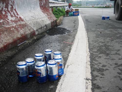 Xe tải làm bia đổ tràn đường, người dân không 'hôi của' - Ảnh 2