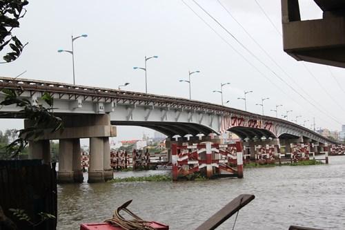 Bất lực nhìn thiếu nữ gieo mình xuống sông Sài Gòn tự tử - Ảnh 1