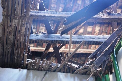 TP HCM: Sập mái nhà giữa đêm, nhiều hộ dân thót tim tháo chạy - Ảnh 1