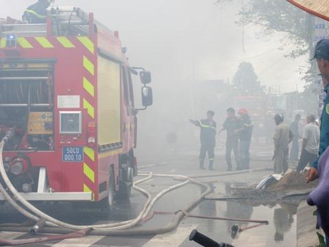 Cháy cửa hàng phế liệu gần lớp mầm non, hàng chục trẻ phải sơ tán - Ảnh 4