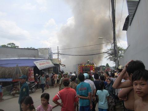 Cháy cửa hàng phế liệu gần lớp mầm non, hàng chục trẻ phải sơ tán - Ảnh 1