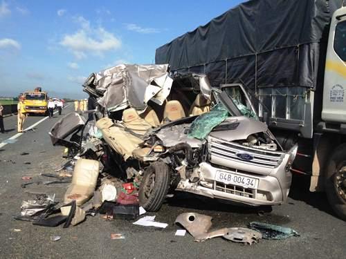 Xe khách đâm đuôi xe tải trên đường cao tốc, 8 người thương vong - Ảnh 1