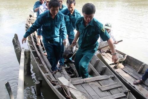 Phát hiện đạn pháo 105 ly vùi dưới rạch ở Sài Gòn - Ảnh 1