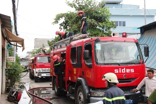 TPHCM: Xưởng in bao bì cháy lớn, công nhân hoảng loạn tháo chạy - Ảnh 2