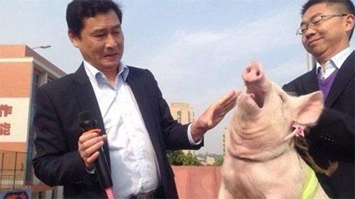 Thầy hiệu phó hôn... lợn để kêu gọi học sinh ngừng xả rác - Ảnh 1