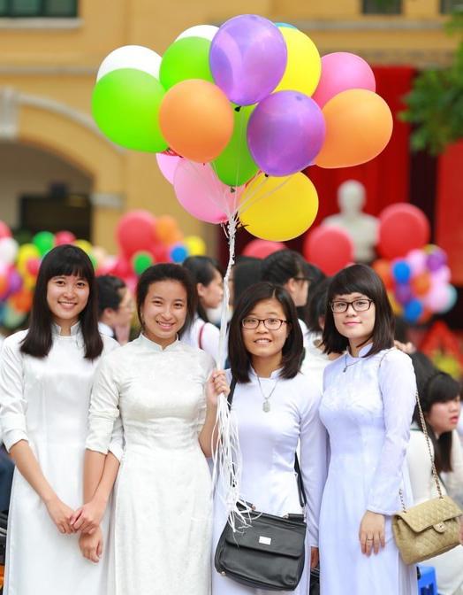 Ngắm nữ sinh Chu Văn An duyên dáng ngày bế giảng - Ảnh 2