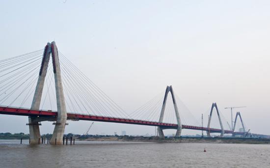 Hợp long cây cầu bắc qua sông Hồng dài nhất Hà Nội - Ảnh 1