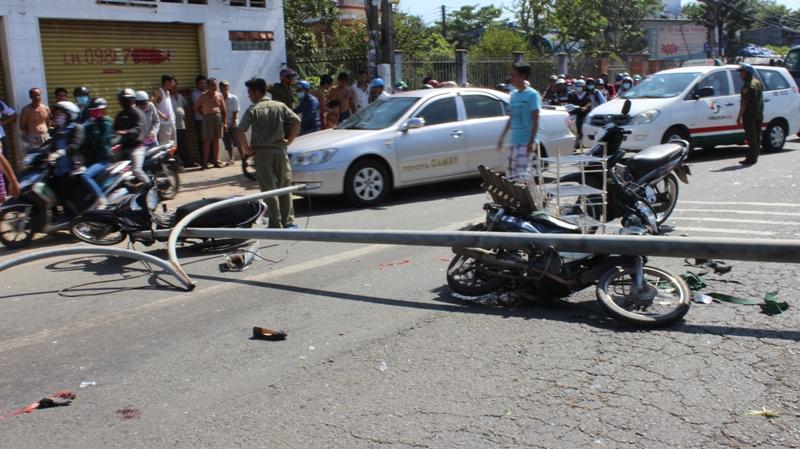 Cột đèn đường bất ngờ đổ sập đè lên 3 người đi xe máy - Ảnh 1