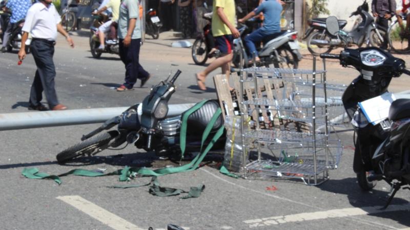 Cột đèn đường bất ngờ đổ sập đè lên 3 người đi xe máy - Ảnh 2