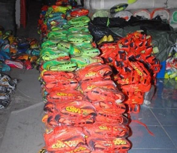 Thu giữ gần 3000 đôi giày nhái Adidas, Nike, Puma - Ảnh 1