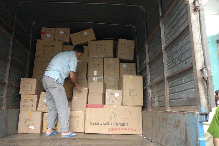 TP.HCM: Thu giữ hàng trăm thùng đèn led không rõ nguồn gốc - Ảnh 2