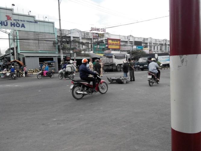 Bình Dương: Một phụ nữ bị xe ben cuốn vào gầm kéo lê 10m - Ảnh 1