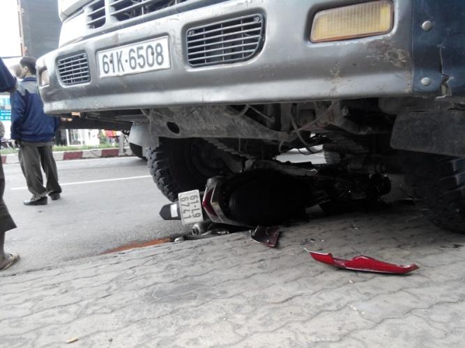 Bình Dương: Một phụ nữ bị xe ben cuốn vào gầm kéo lê 10m - Ảnh 2