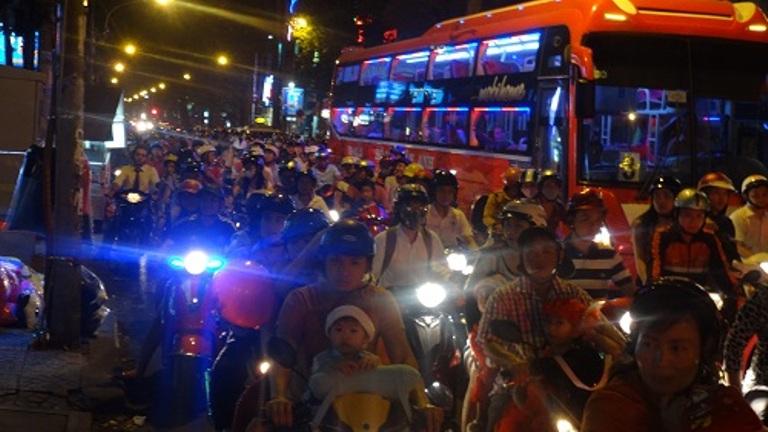 TP.HCM: Đêm Noel kẹt xe và đầy rác - Ảnh 1