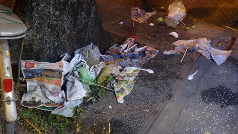 TP.HCM: Đêm Noel kẹt xe và đầy rác - Ảnh 7