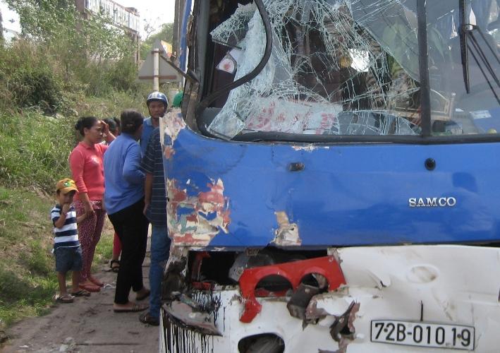 Xe ben và xe khách va chạm, 2 người bị thương nặng - Ảnh 1