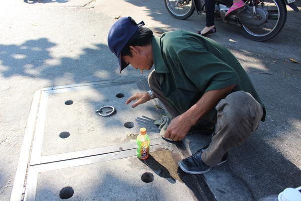 Giăng câu bắt cá ngay giữa đường phố Sài Gòn - Ảnh 1