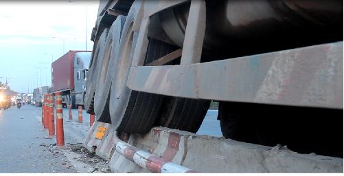 TP.HCM: Tài xế lạc tay lái, xe container cày nát dãy phân cách - Ảnh 1