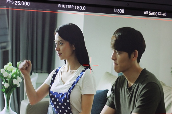Clip: Fan đội nắng, ăn mì chống đói chờ Kim Woo Bin, Song Ji Hyo - Ảnh 1