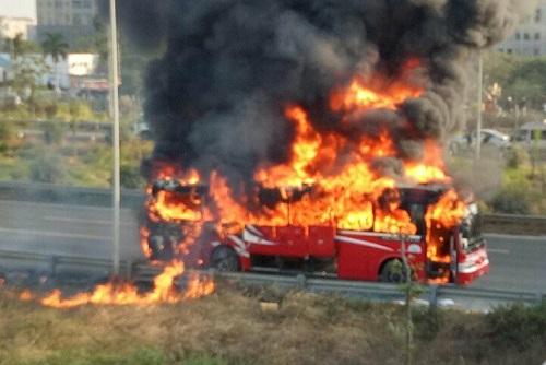 """""""Bà hỏa"""" thiêu rụi chiếc xe khách trên Đại lộ Thăng long - Ảnh 1"""