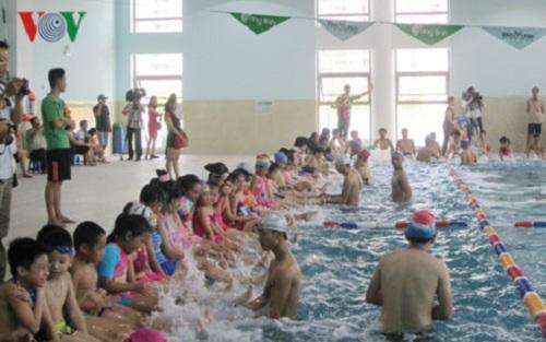 """Hà Nội """"gặp khó"""" trong việc phổ cập bơi cho học sinh tiểu học - Ảnh 1"""