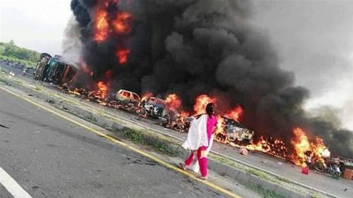 """Hút thuốc khi đi """"hôi xăng"""", xe bồn phát nổ làm 203 người thương vong - Ảnh 1"""