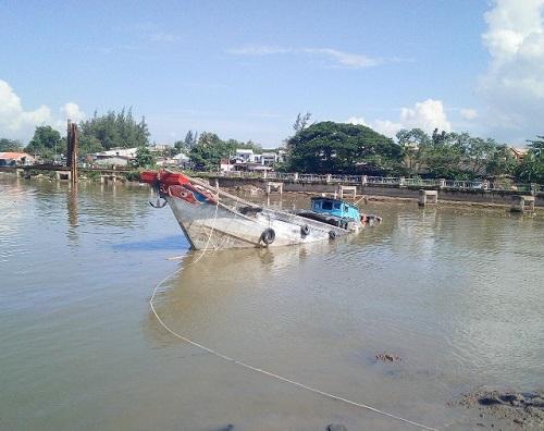Tai nạn chìm ghe chở hàng, 2 người thoát chết trong gang tấc - Ảnh 1