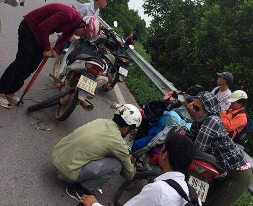 """Hàng chục phương tiện gặp nạn vì """"đinh tặc"""" trên cao tốc Hà Nội - Bắc Giang - Ảnh 4"""