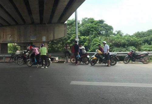 """Hàng chục phương tiện gặp nạn vì """"đinh tặc"""" trên cao tốc Hà Nội - Bắc Giang - Ảnh 1"""