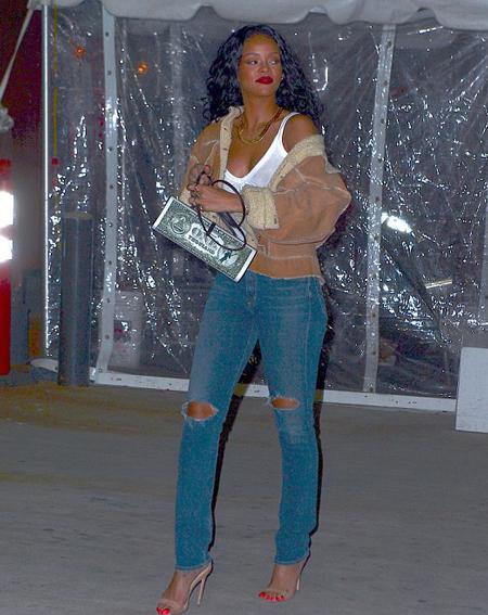 """Rihanna vẫn vô tư đi xem bóng rổ dù """"quên áo ngực"""" ở nhà - Ảnh 4"""