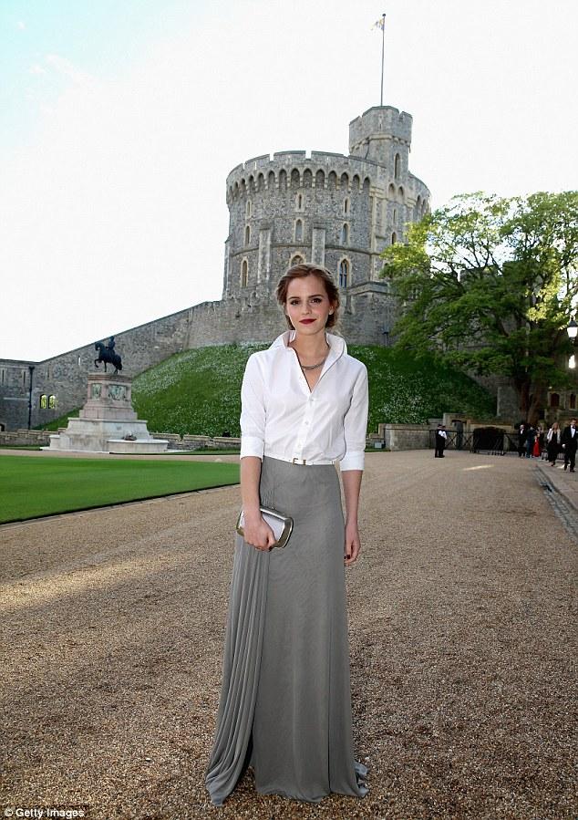 Emma Waston diện sơ mi trắng thanh lịch gặp gỡ Hoàng tử Anh  - Ảnh 2
