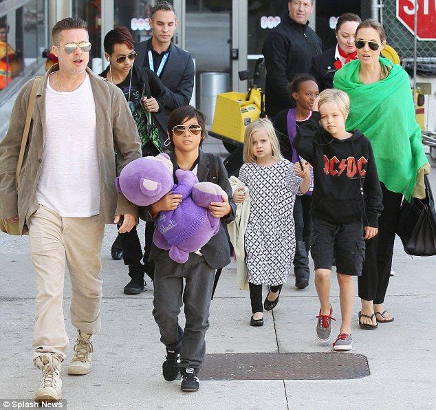 Nhóc tì nhà Angelina và Brad lên kế hoạch đám cưới cho bố mẹ - Ảnh 2