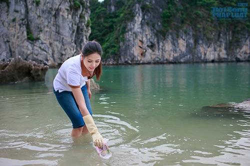 Nguyễn Thị Loan tích cực nhặt rác ở Vịnh Hạ Long - Ảnh 1