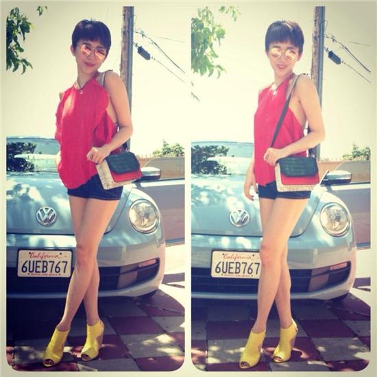 Street style Sao Việt tuần qua: Tóc Tiên sexy với yếm đỏ - Ảnh 1