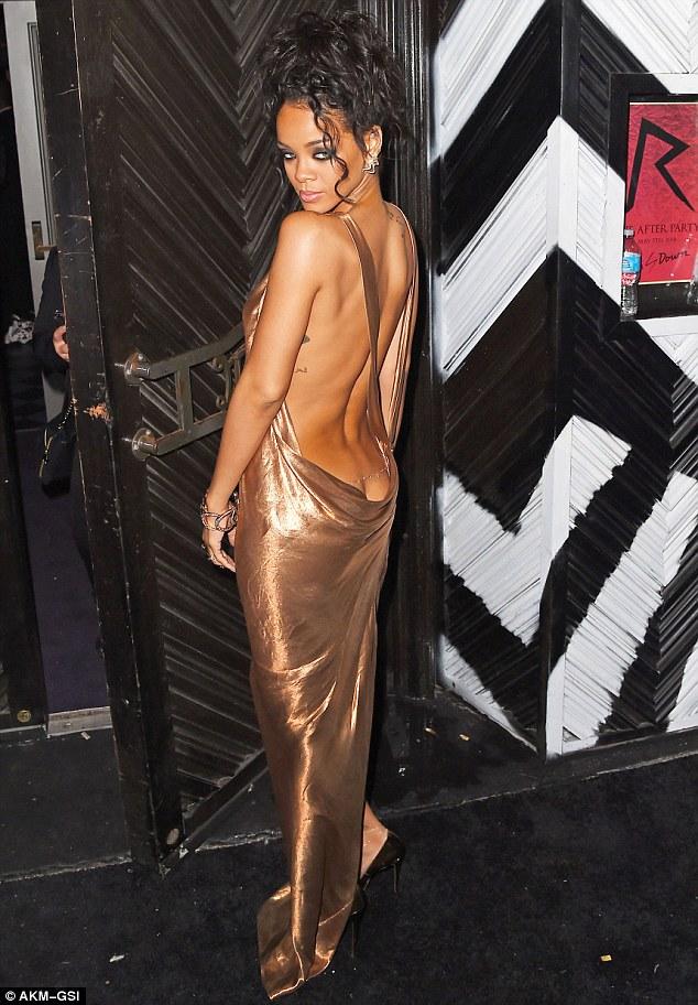 Rihanna diện đầm kín vòng 1, hở vòng 3 gây sốc tại Met Gala - Ảnh 1