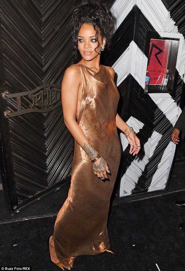 Rihanna diện đầm kín vòng 1, hở vòng 3 gây sốc tại Met Gala - Ảnh 2
