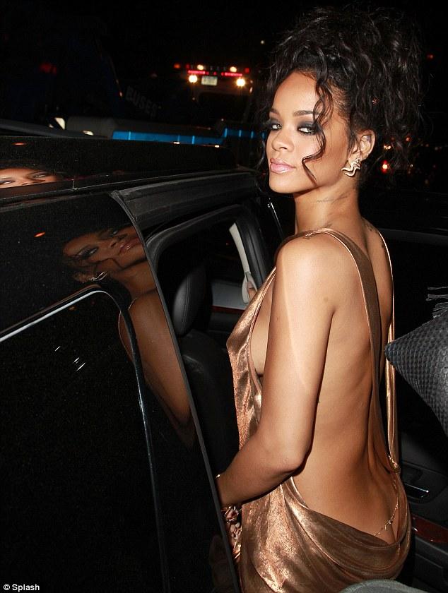 Rihanna diện đầm kín vòng 1, hở vòng 3 gây sốc tại Met Gala - Ảnh 3