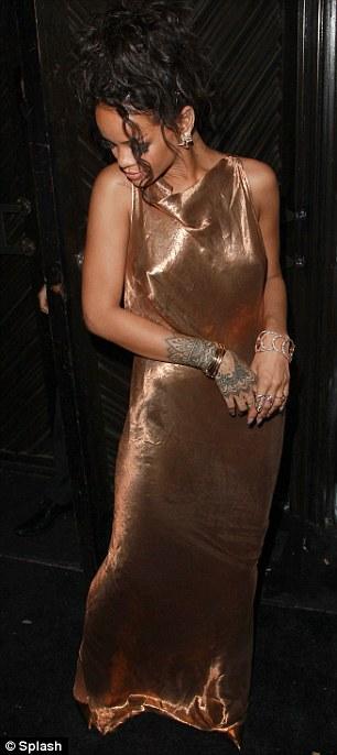 Rihanna diện đầm kín vòng 1, hở vòng 3 gây sốc tại Met Gala - Ảnh 4