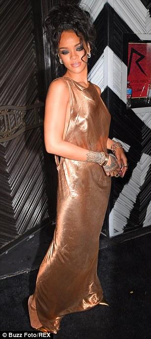 Rihanna diện đầm kín vòng 1, hở vòng 3 gây sốc tại Met Gala - Ảnh 5