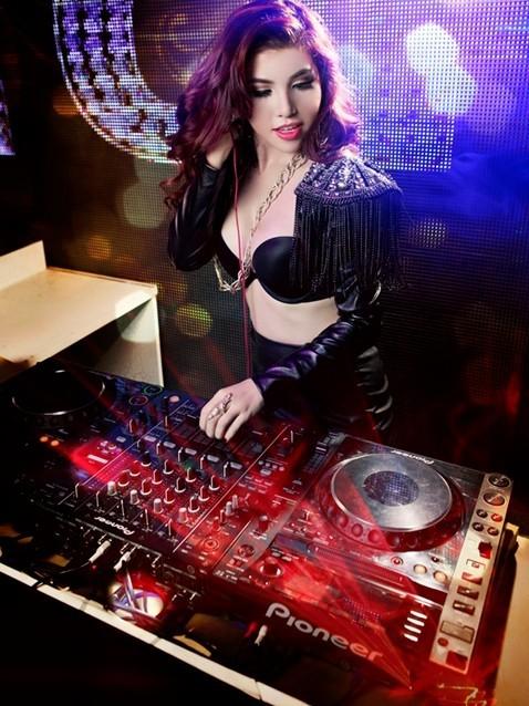 Trang phục diễn nóng bỏng của các DJ sexy nhất Vbiz - Ảnh 10